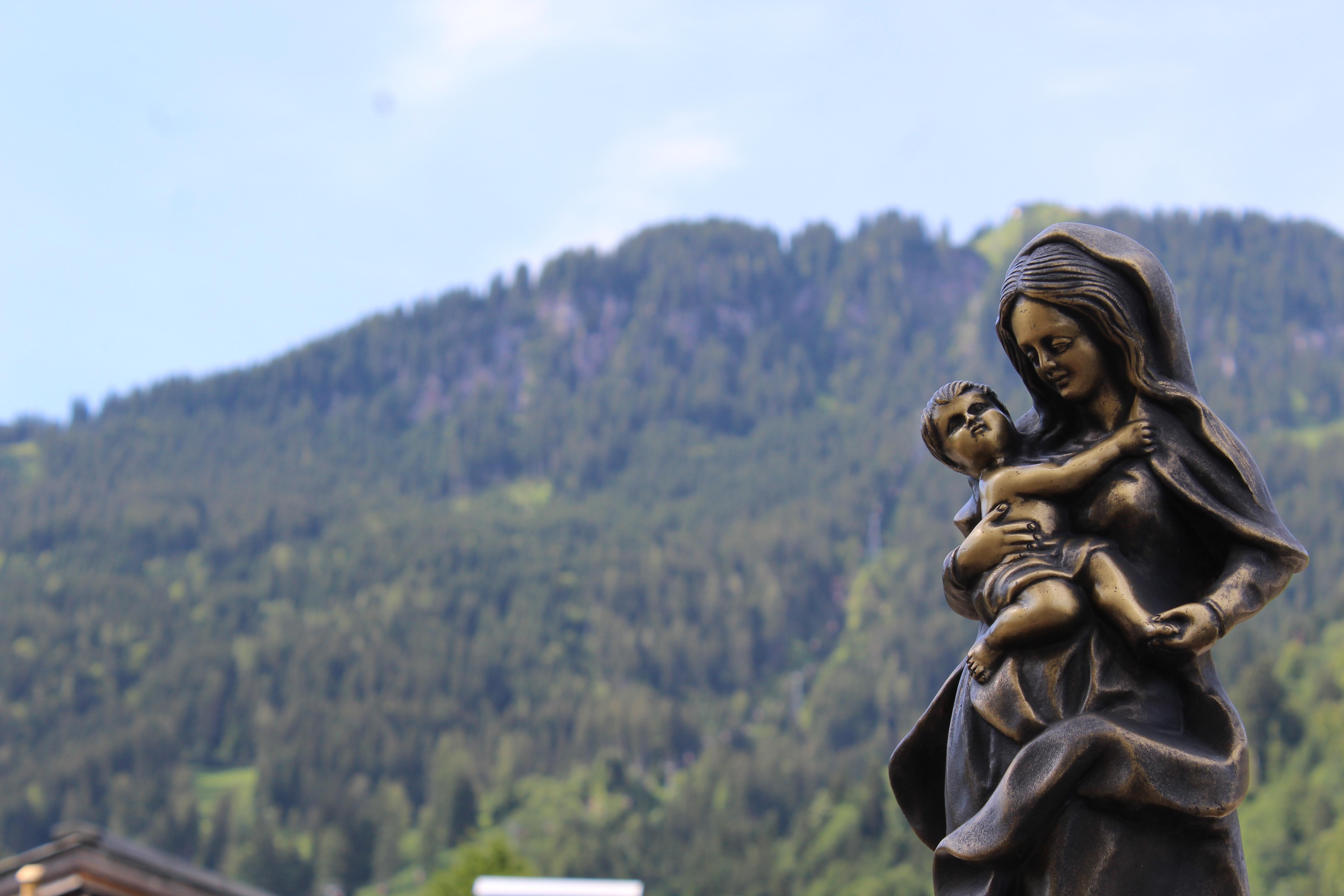 Una maternità umana e universale